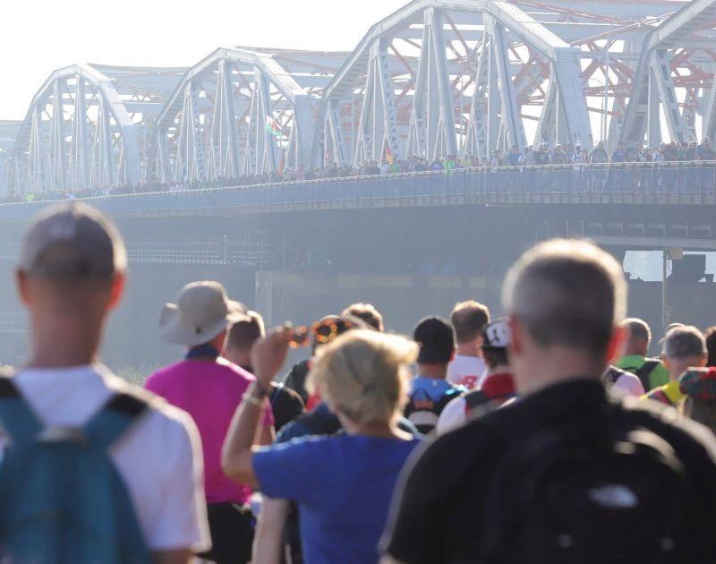 Vierdaagse Nijmegen wandelaars op brug